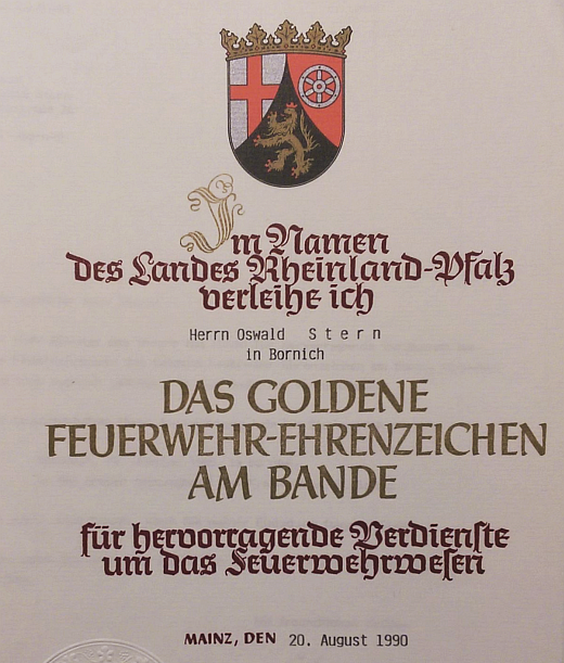 Oswald Albrecht Stern wird das Goldene Feuerwehr-Ehrenzeichen am Bande verliehen